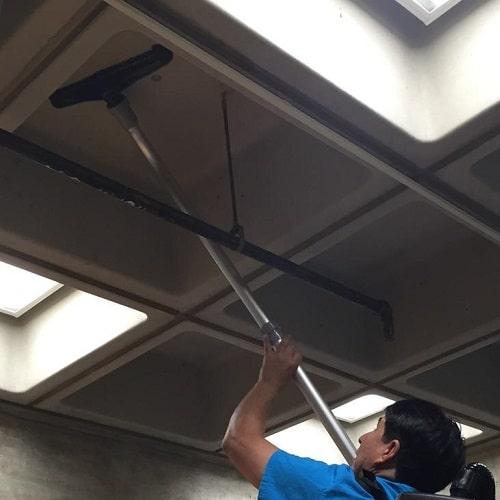 بررسی دلایل و اهمیت نظافت سقف مراکز صنعتی