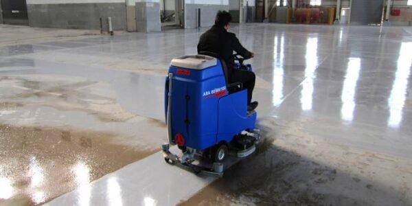 دستگاه نظافت صنعتی کمبو در حال نظافت آشیانه فرودگاه