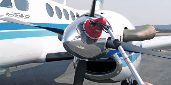 اسکرابری که تنها برای نظافت زمین نیست و می توان با آن هم دیوار و هم وسایل نقلیه همانند هواپیما را نظافت نمود