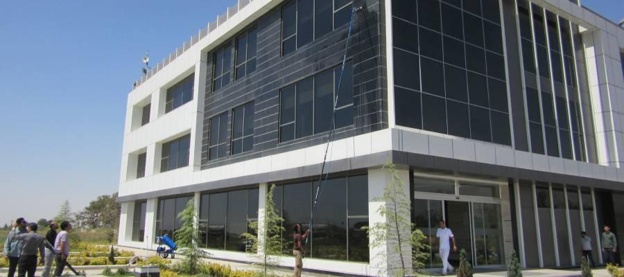 شستشوی نمای ساختمان با دستگاه شیشه شور صنعتی