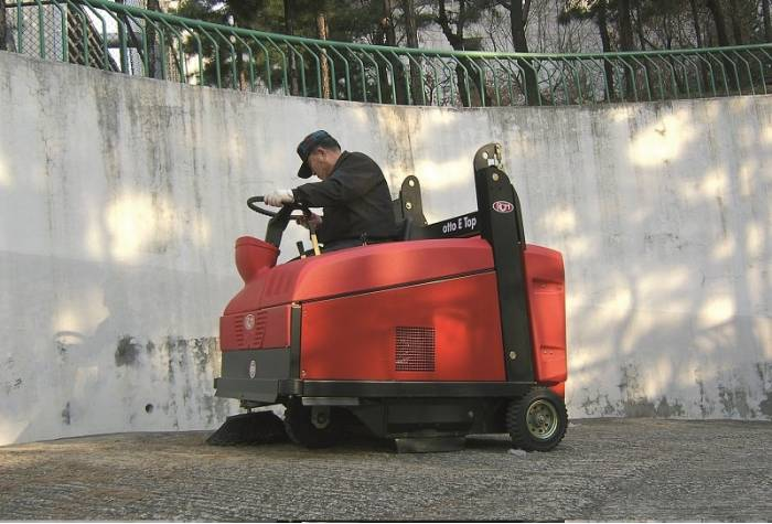 battery-powered floor sweeper