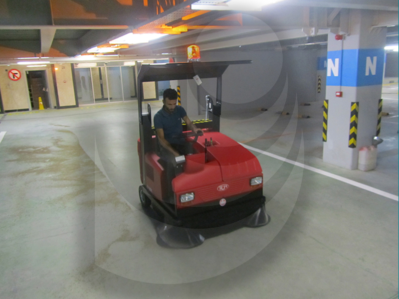 نظافت سطوح پارکینگ با استفاده از سوییپر صنعتی