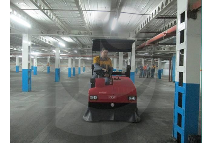 نظافت سطوح پارکینگ با استفاده از جاروب خیابانی یا سویپر صنعتی