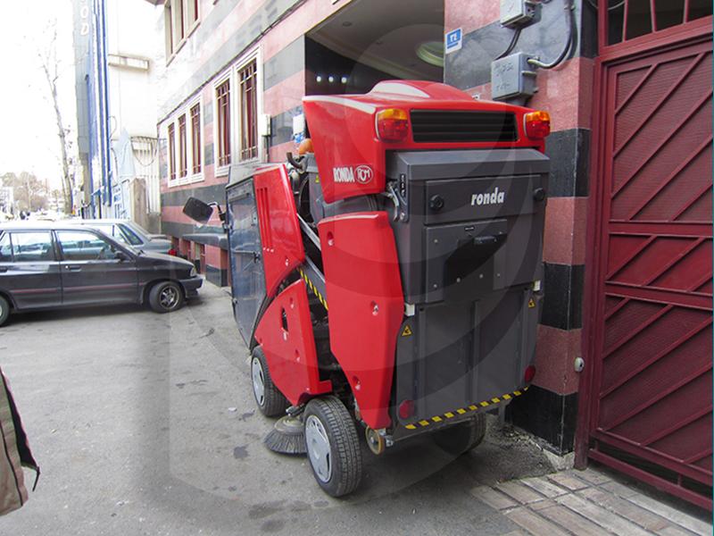 نظافت سریع و آسان سطوح شهری با استفاده از جاروب خیابانی مکانیزه