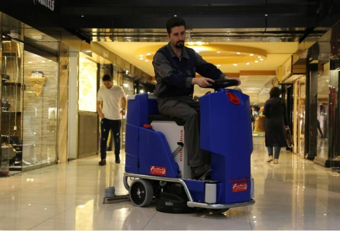 cleaning large areas with scrubber dryer
