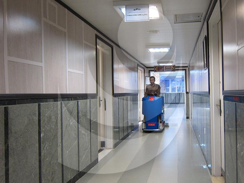 نظافت راهروهای بیمارستان با کفشوی خودرویی