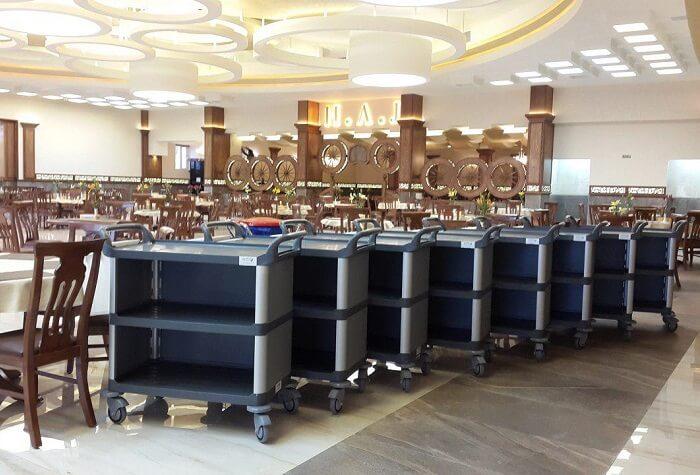 ترولی خدماتی در رستوران برای حمل غذا و ظروف خالی