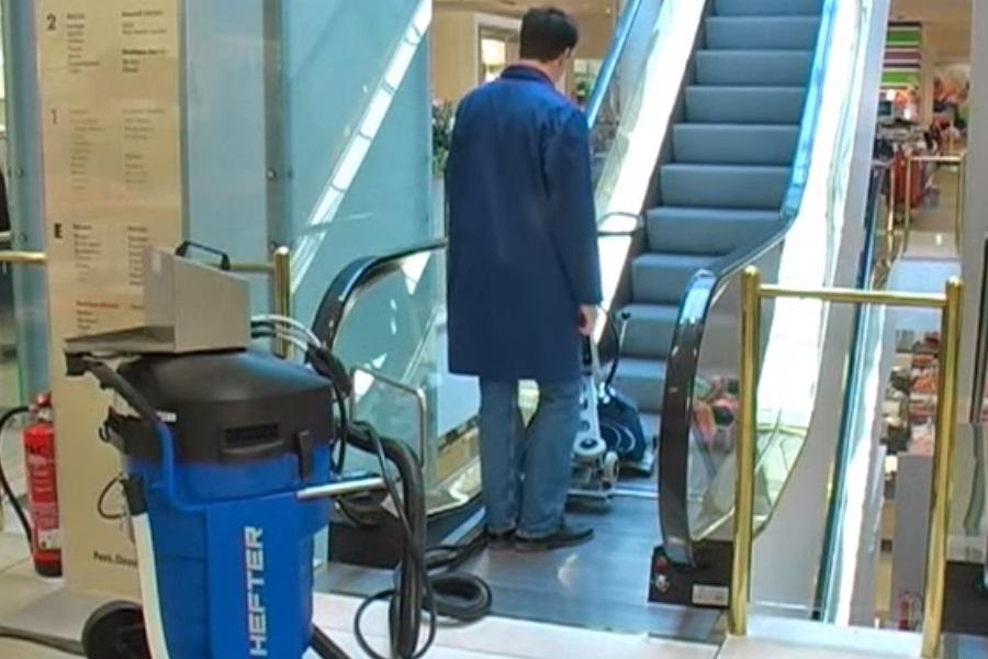 شستن پله برقی با دستگاه پله برقی شوی مکانیزه