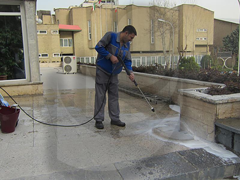 استفاده از واترجت صنعتی Washing the floor with Q 599 TST برای شستشو زمین