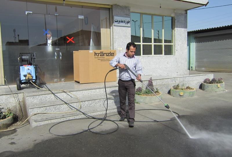 استفاده از واترجت صنعتی برای شستن سطوح کف