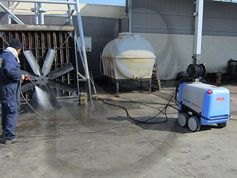 شستشو تجهیزات صنعتی با واترجت صنعتی و آب گرم Therm 895-1