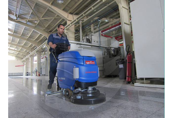 Semi-industrial plant cleaning with scrubber