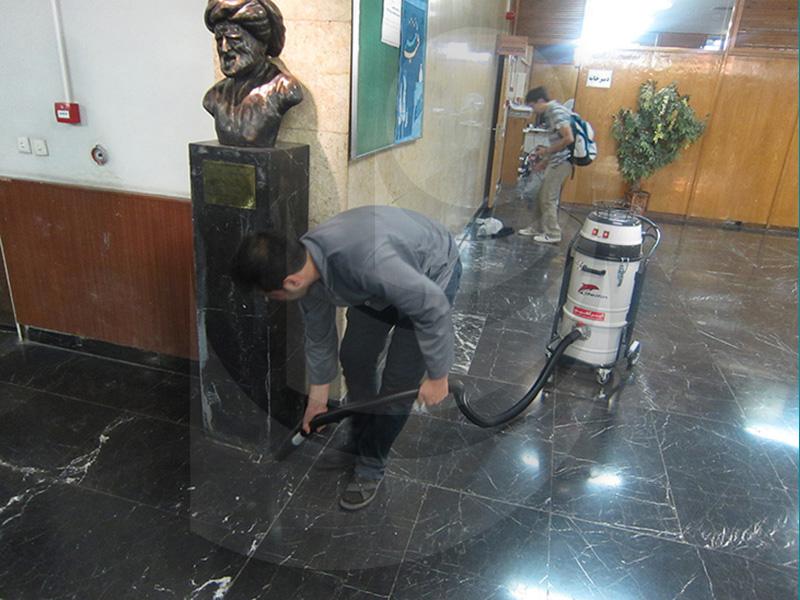 نظافت محیط در مراکز آموزشی با جاروبرقی