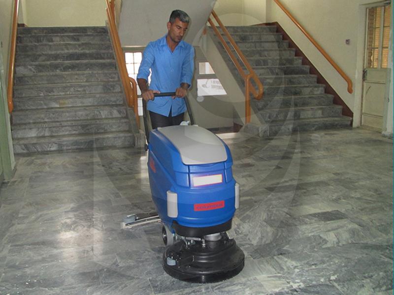 نظافت سالن ها و راهروها در اداره ها