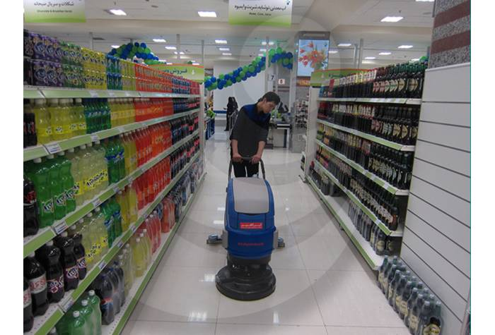 Cleaning store and hypermarket with battery Scrubber