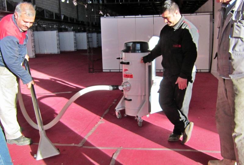 نظافت فرش و موکت در نمایشگاه ها با جاروبرقی صنعتی